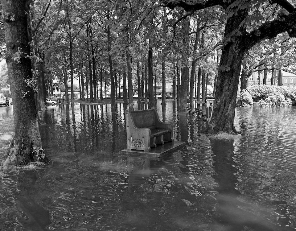 de brink in Laren is ondergelopen met water